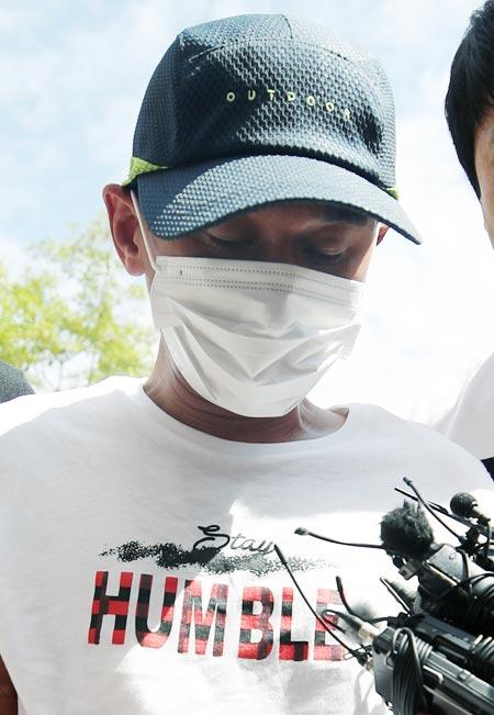 베트남 출신 아내를 폭행한 김모씨가 8일 광주지법 목포지원에서 열린 영장 실질 심사에 출석하고 있다