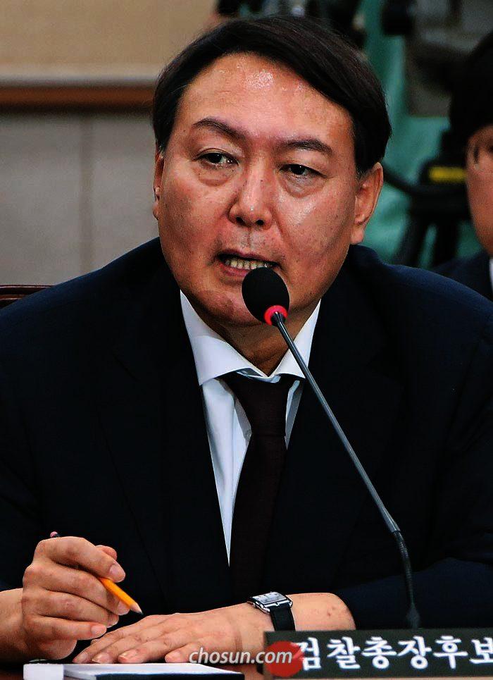 윤석열 검찰총장 후보자가 8일 국회 인사청문회에서 답하고 있다.