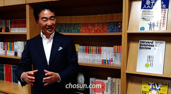 """도쿄 출판사에서 만난 이케이도 준은 """"이 소설을 쓸 때 끝까지 읽게 만드는 것이 첫 번째 목표였다""""면서 """"책을 덮고 난 독자가 '아, 재밌었다'고 말하면 충분하다""""고 했다."""