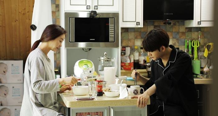 지난 9일 TV조선 예능 '아내의 맛'에서 함소원·진화 부부가 어색하게 아침 식사를 하는 장면.