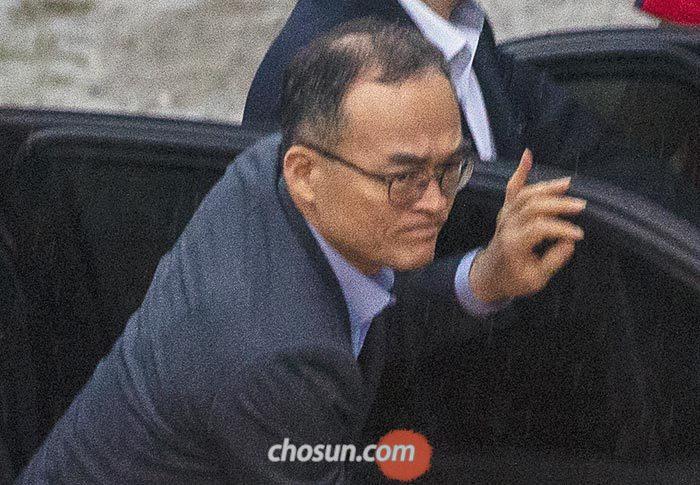 10일 오후 7시쯤 경기도 성남 청계산 인근의 식당 앞 승용차에서 문무일 검찰총장이 내리고 있다.