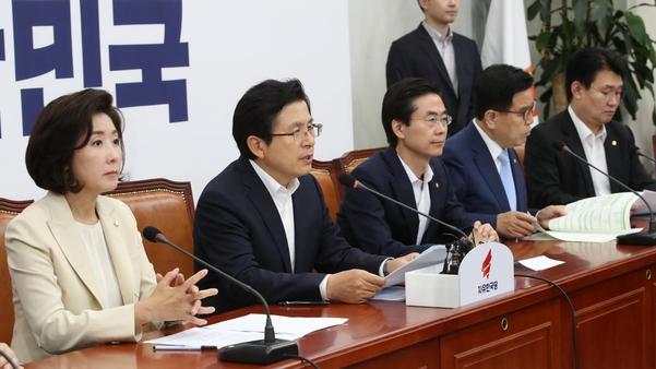 자유한국당 황교안(왼쪽에서 둘째) 대표가 11일 당 최고위원회의에서 발언하고 있다./연합뉴스