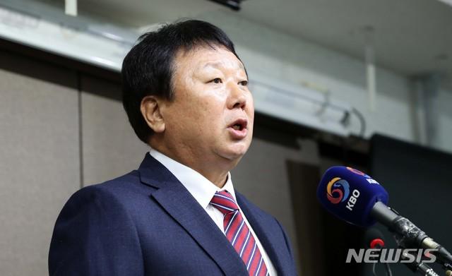 대표팀 사령탑 사퇴 발표 기자회견 하는 선동열