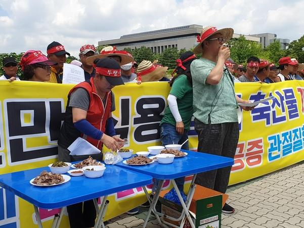 12일 초복을 맞아 육견협회가 개 식용 찬성 맞불집회를 열고 개고기를 먹는 퍼포먼스를 펼치고 있다. /최효정 기자