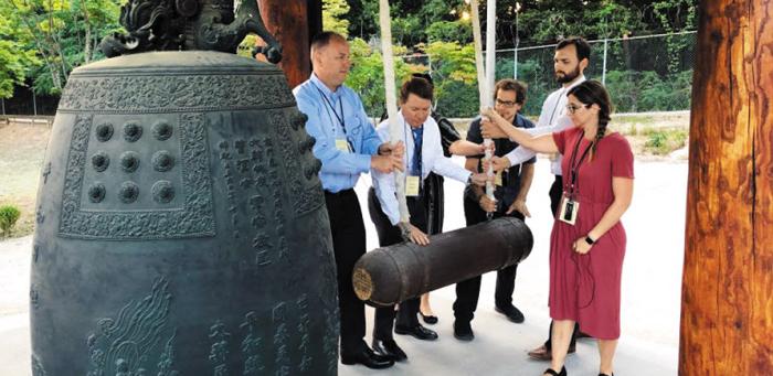 지난 9일 오후 6·25전쟁 참전 용사의 후손인 미국인 교사 6명이 유엔사(寺)에서 '평화의 종'을 치고 있다. 이들은 한반도의 평화와 행운을 바란다는 의미로 행운의 숫자 7에 맞춰 일곱 번 타종했다.