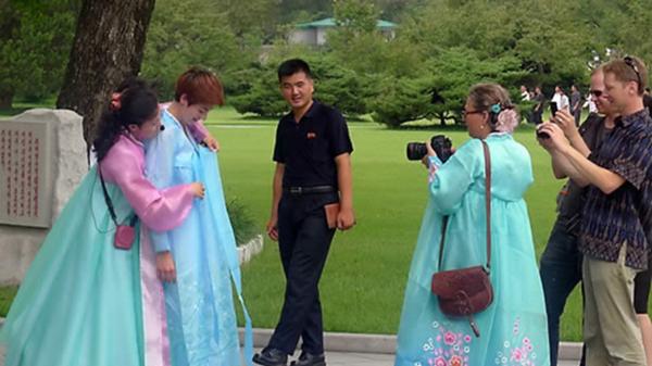 평양시내에서 외국인이 관광을 하고 있다. /연합뉴스