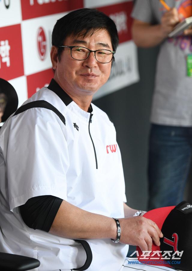 LG 트윈스와 SK 와이번스의 2019 KBO 리그 경기가 25일 잠실구장에서 예정된 가운데 양팀 선수단이 훈련을 펼쳤다. LG 류중일 감독이 취재진과 이야기를 나누고 있다. 잠실=허상욱 기자 wook@sportschosun.com/2019.06.25/