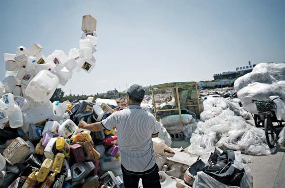 중국 상하이의 한 재개발 예정 지역에 플라스틱 용기가 잔뜩 쌓여 있는 모습. 상하이시는 지난 1일부터 중국 최초로 강제 쓰레기 분리수거 제도를 도입했다. 분리수거를 하지 않으면 거액의 벌금을 물어야 하기 때문에 쓰레기를 대신 분류해서 버려주는 신종 직업까지 등장하고 있다.