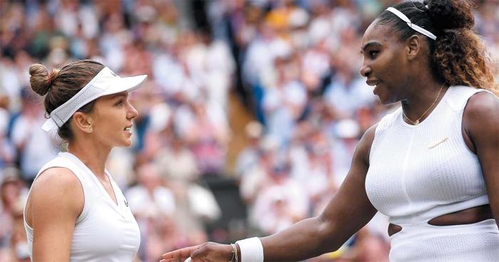 """승자는 위풍당당했고, 패자는 품격 있었다. 13일(현지 시각) 윔블던 테니스 여자 단식 결승전이 시모나 할레프(왼쪽)의 승리로 끝나자 세리나 윌리엄스가 다가와 축하해주는 모습. 할레프는 """"인생 최고 경기였다""""고 말했고, 윌리엄스는 """"시모나가 정말 잘했다""""고 했다."""