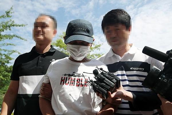 8일 오전 베트남 아내를 폭행한 혐의 등을 받는 남편 A(36)씨가 광주지법 목포지원에서 열린 영장실질심사에 출석하고 있다. /연합뉴스