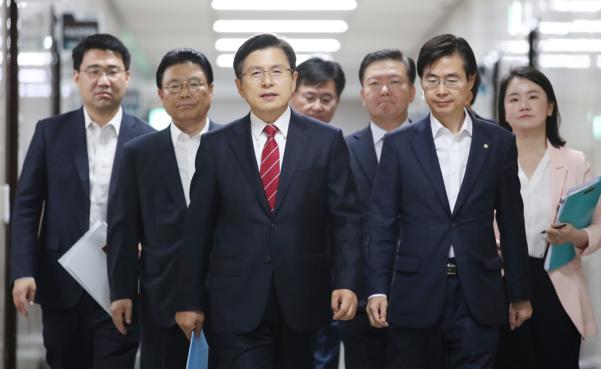 자유한국당 황교안(가운데) 대표가 15일 국회에서 일본 관련 기자회견을 위해 이동하고 있다./연합뉴스