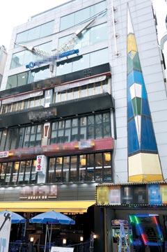 서울 도심의 대표 상권인 종각 젊음의 거리에서도 보기 드물게 공실이 없는 덕산빌딩.