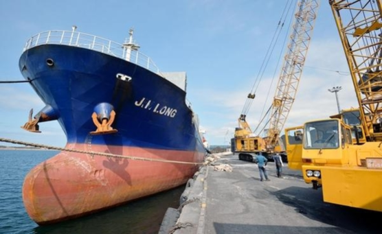2018년 8월 7일 오후 경북 포항시 남구 포항신항 제7부두에 북한산 석탄을 실어 날랐다는 의혹을 받고 있는 진룽(Jin Long)호가 정박한 가운데 인부들이 석탄 하역작업을 하고 있다. /뉴시스