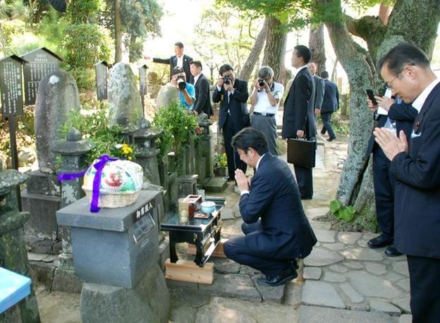 아베 신조 일본 총리가 2013년 8월 13일 야마구치현의 요시다 쇼인 신사에서 참배하고 있다. 아베 총리는 평소 요시다 쇼인을 존경하는 인물이라고 밝혀 왔다. /마이니치신문 제공