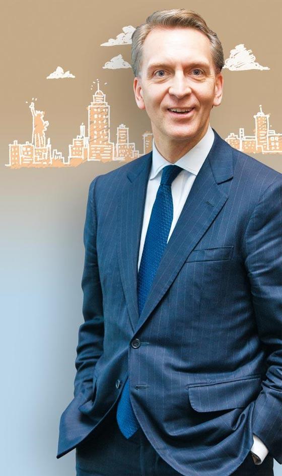 """막후의 부동산 거물 브루스 플랫 브룩필드자산운용 CEO는 신문이나 TV를 통해 자주 나서지 않는 경영자다. 한국을 공개적으로 찾은 것은 딱 한 번, 2016년 11월 여의도 IFC 인수 때다. 사진은 본지가 당시 브루스 플랫을 만나 찍은 것. 당시 그는 """"한국은 수십조원을 장기 투자할 가치가 있는 나라""""라고 평가했다."""