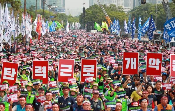 민주노총 조합원들이 18일 오후 서울 여의도 국회 앞에서 총파업 대회를 열고 있다. / 연합뉴스