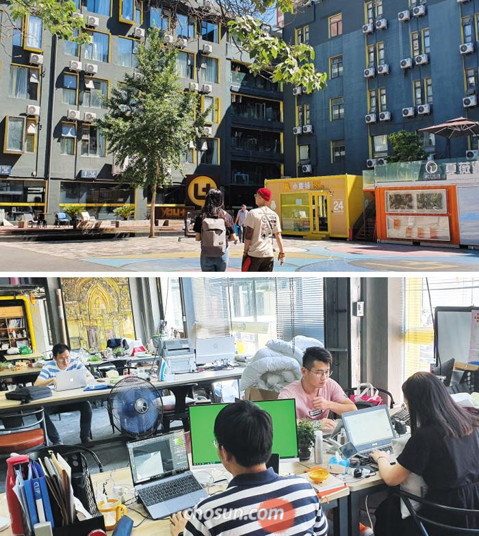 위 사진은 중국 베이징(北京)에 있는 청년 창업 아파트 '유플러스(YOU+)' 단지의 전경. 노란 컨테이너는 24시간 운영되는 무인 편의점으로 유플러스 출신 스타트업 '샤오마이(小麥)'가 만들었다. 아래는 유플러스 건물 1층에 있는 공동 작업 공간. 침구 회사 '거사우품(居舍優品)'을 창업한 주거자들이 모여 디자인 작업을 하고 있다.