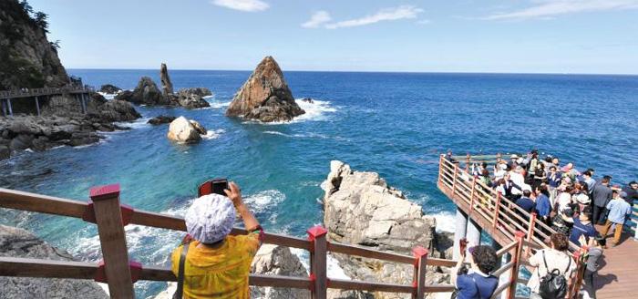 지난 12일 강원 삼척시 초곡 용굴촛대바위길에서 시민들이 바다 풍경을 감상하고 있다.