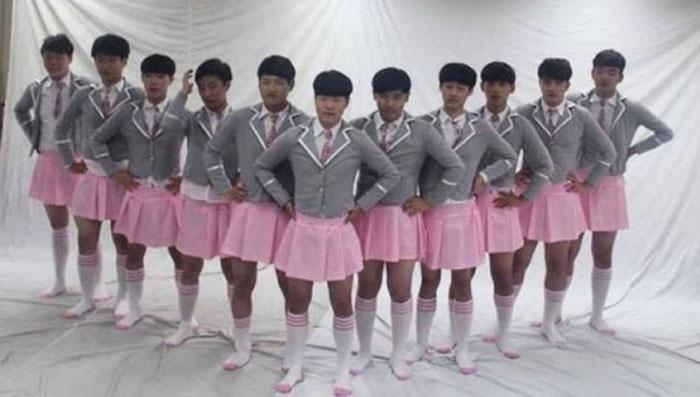 경기도 의정부고 남학생들이 오디션 프로그램 '프로듀스 101' 출연자의 모습을 흉내 내고 있다. / 인터넷 캡처