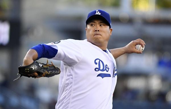 류현진(로스앤젤레스 다저스)이 20일(한국시각) 미국 캘리포니아주 로스앤젤레스의 다저스타디움에서 열린 2019 메이저리그(MLB) 마이애미 말린스와의 홈경기 1회에 역투하고 있다. /연합뉴스