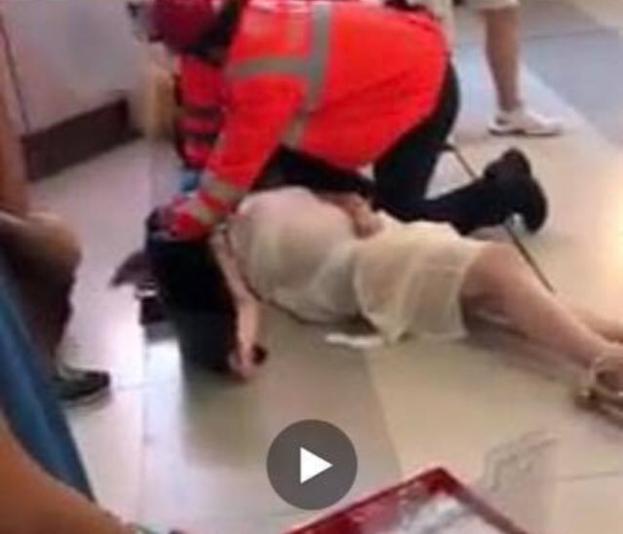 21일 밤 홍콩 유엔롱 MTR 역에서 흰 셔츠를 입은 남성들이 송환법에 반대하는 시위에 참가했던 홍콩 시민들을 상대로 무차별적인 폭행을 가했다. 사진은 이번 공격으로 쓰러진 한 임산부의 모습./트위터 캡처
