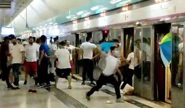 21일 밤 홍콩 유엔롱 MTR 역에서 흰 옷을 입은 남성들이 송환법 반대 집회에 참가한 시민들을 폭행하는 모습./트위터 캡처