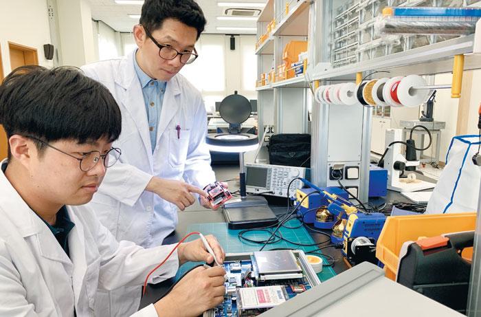 계명대 의료기기 공용기술 활용촉진센터에서 연구원들이 시제품 개발을 위한 작업을 하고 있는 모습. 지난해 6건의 시제품 제작을 지원했으며, 제작된 시제품은 현재 양산제품을 생산하고 있거나 출시될 예정이다.