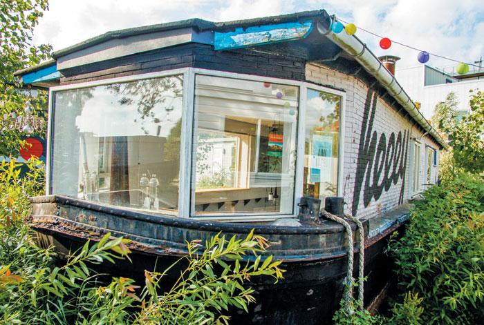 버려진 배를 개조해 만든 사무실.
