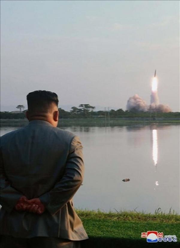 김정은 북한 국무위원장이 한미 군사연습과 남측의 신형군사장비 도입에 반발해 지난 25일 신형 단거리 탄도 미사일의 '위력시위사격'을 직접 조직, 지휘했다고 조선중앙통신이 26일 보도했다./연합뉴스