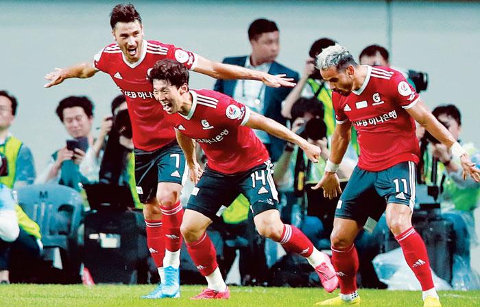 대구FC의 공격수 세징야(오른쪽)가 26일 팀 K리그와 유벤투스의 친선 경기에서 골을 터뜨린 뒤 번쩍 뛰어올랐다가 양팔을 벌리고 착지하는 '호날두 세리머니'를 김보경(가운데)·에델과 함께 하고 있다.