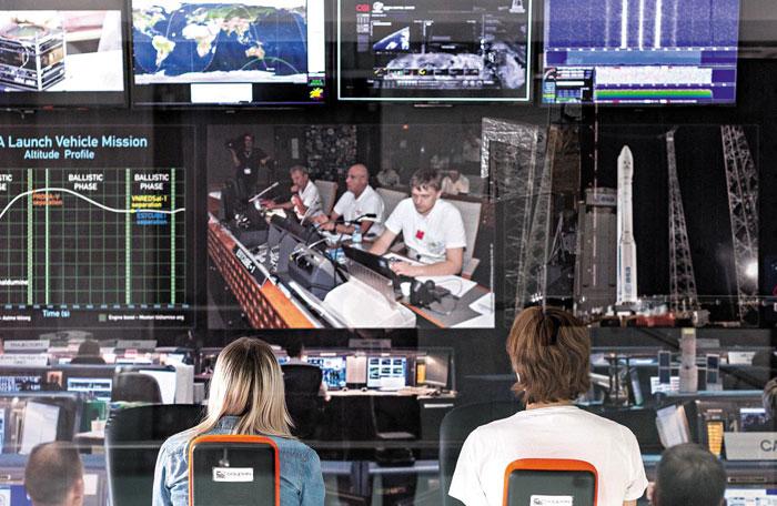 에스토니아 중부에 자리 잡은 타르투 우주연구센터 연구원들이 최근 이탈리아 위성 발사체의 궤적을 관찰하는 모습.