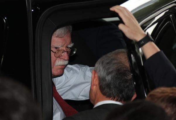 존 볼턴(왼쪽) 미 백악관 국가안보보좌관이 지난 24일 강경화 장관과 만난 뒤 외교부를 떠나면서 해리 해리스(가운데) 주한 미 대사와 대화하고 있다. /연합뉴스