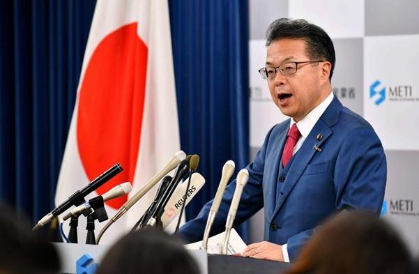 세코 히로시게 일본 경제산업상이 2일 오전 각의 후 기자회견을 통해 한국을 백색국가에서 제외한 결정에 대해 설명하고 있다./ AFP 연합뉴스