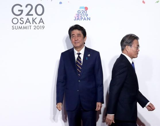 문재인 대통령이 지난 6월 28일 오전 일본 오사카에서 열린 G20 정상회의 공식환영식에서 의장국인 일본 아베 신조 총리와 악수한 뒤 이동하고 있다. /연합뉴스