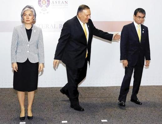 강경화(왼쪽) 외교장관과 마이크 폼페이오(가운데) 미 국무장관, 고노 다로 일본 외무상이 2019년 8월 2일 태국 방콕 센트라 그랜드호텔에서 열린 한·미·일 외교장관 회담 후 기념 촬영을 하고 있다. /뉴시스