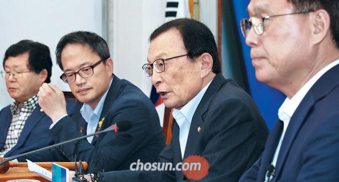 이해찬(오른쪽에서 둘째) 더불어민주당 대표가 5일 국회에서 열린 민주당 최고위원회의에서 발언을 하고 있다.