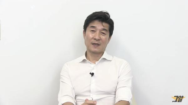 SBS '그것이 알고 싶다' 진행자인 김상중씨가 지난 2일 유튜브 채널을 통해 김성재 사망사건 미스터리 편의 결방을 알리고 있다. /유튜브 캡처