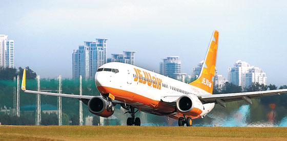 국내 저비용 항공 업계 1위인 제주항공 비행기가 김포국제공항에서 이륙하고 있다.