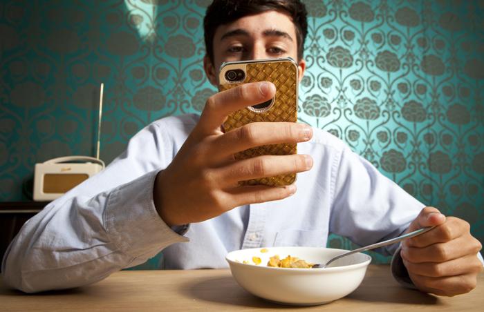 밥을 먹을 때조차 휴대전화를 손에서 놓지 못하는 남성. 미국과 유럽의 성인 수천 명에게 설문한 결과 응답자 중 70%가 잠시라도 스마트폰을 어디 두었는지 잊어버리면 우울하거나 겁이 덜컥 난다고 답했다.