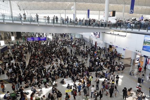 홍콩 시민들이 지난 9일부터 홍콩국제공항에서 범죄인 인도 법안(송환법)에 반대하는 시위를 벌이고 있다./연합뉴스