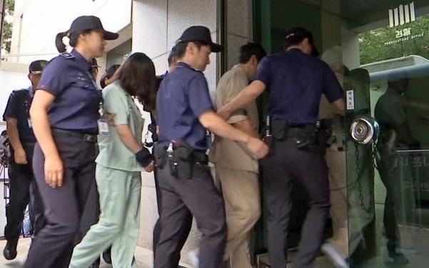12일 오전 고유정이 첫 재판을 받기 위해 제주지방법원으로 이송되고 있다. /연합뉴스
