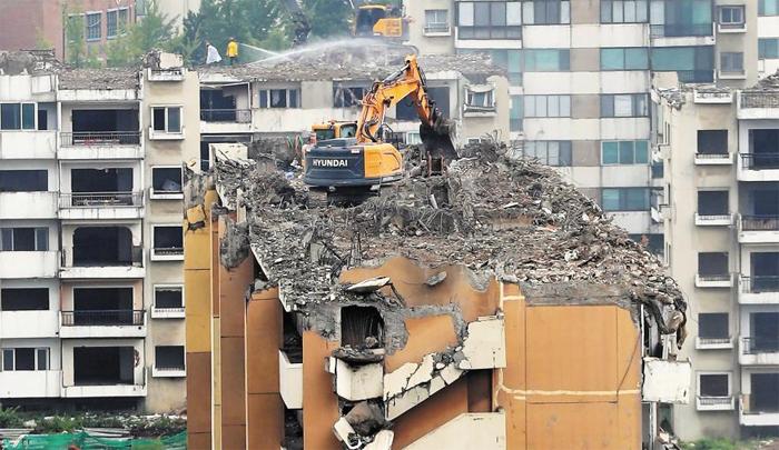 5900가구 이미 철거중인데… 12일 오후 서울 강동구 둔촌주공아파트단지 재건축을 위한 철거 작업이 한창인 모습. 5930가구를 1만2000가구 규모로 재건축하는 둔촌주공은 2년 전 관리처분 인가를 받아 종전까지는 분양가 상한제 대상이 아니었지만, 정부의 분양가 상한제 개정으로 타깃이 될 가능성이 커졌다. 수익성 악화로 위기에 놓인 둔촌주공조합은 13일 긴급이사회를 열고 대응책을 논의할 계획이다.