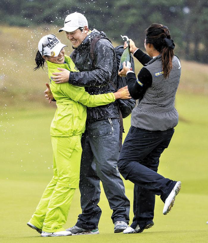 5년 만에 맛보는 승리의 샴페인은 더욱 짜릿할 듯하다. 12일 미국여자프로골프(LPGA)투어 스코티시여자오픈에서 우승한 허미정(왼쪽)이 남편과 포옹하는 순간 호주 교포 오수현이 샴페인을 터뜨리며 축하하는 모습.