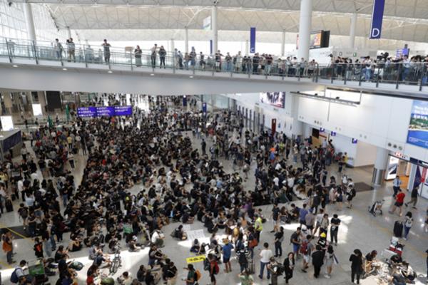 홍콩 시민들이 9일 홍콩 국제공항에서 '범죄인 인도 법안'(송환법)에 반대하는 시위를 벌이고 있다. /AP 연합뉴스