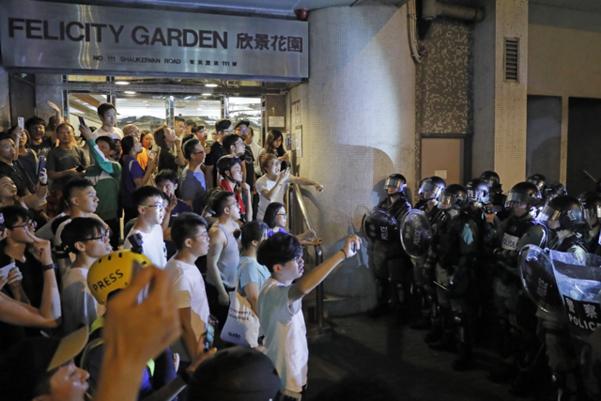 범죄인 인도 법안(송환법) 반대 시위가 계속된 11일 홍콩의 사이완호 지역에서 시위진압 경찰이 주민들과 대치하고 있다. /AP 연합뉴스