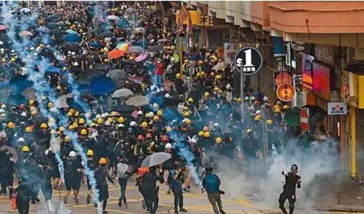 지난 11일 홍콩에서 반중(反中) 시위 중 시위대와 홍콩 경찰이 충돌했다. /명보
