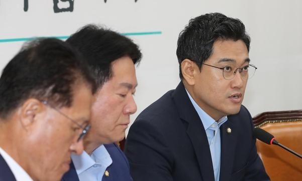 바른미래당 오신환(오른쪽) 원내대표가 13일 당 원내대책회의에서 발언하고 있다./연합뉴스