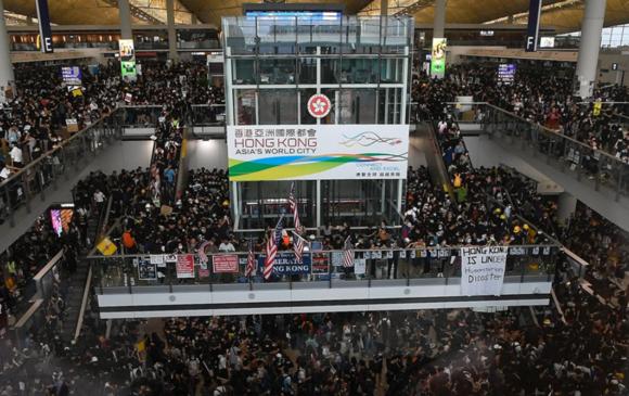 홍콩국제공항이 12일 '범죄인 인도 법안(송환법)'에 반대하는 홍콩 시위대에 점거된 모습. /AFP연합뉴스