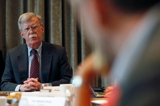 존 볼턴 미 백악관 국가안보회의(NSC)보좌관이 12일 영국에서 보리스 존슨 총리와의 면담 후 기자들을 만나 대화를 나누고 있다. /로이터 연합뉴스