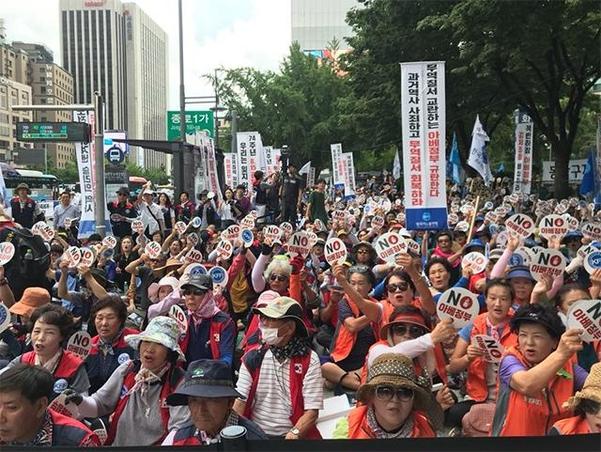 13일 오후 서울 종로구에서 한국자유총연맹이 주최한 '아베정권 규탄대회' 참석자들이 'NO 아베정부'를 외치고 있다. /김혜지 인턴기자